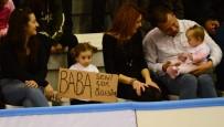 Asker Babaya Tribünden Pankartlı Selam