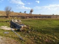 KÖY MUHTARI - Köy Çeşmesi Yıkıldı, Trafik Levhalarına Zarar Verildi
