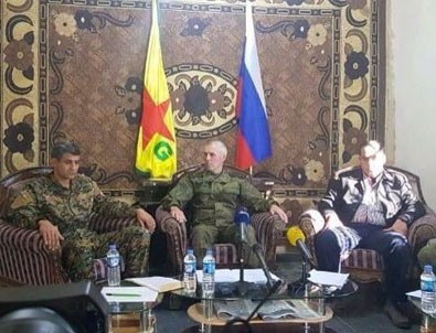 YPG ve Rus bayrakları yan yana