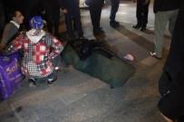 Motosiklete Çarpan Otomobil Sürücüsü Yaralıları Bırakıp Kaçtı