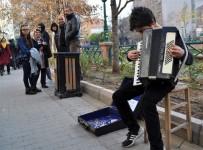 AKORDEON - Piyano Hayaliyle Sokaklarda Akordeon Çalıyor