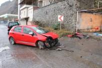 Virajı Alamayan Otomobil Yol Kenarındaki Duvara Çarptı Açıklaması 3 Yaralı