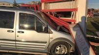 SANAYİ SİTESİ - Hafif Ticari Araç Reklam Panosuna Çarptı Açıklaması 5 Yaralı