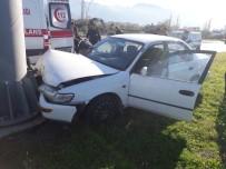 FADIL KESKİN - Refüjdeki Direğe Çarpan Otomobilin Sürücüsü Yaralandı