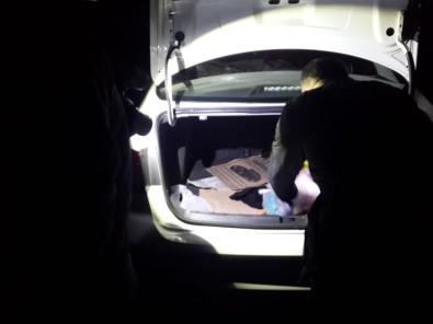 Yol kenarında yarı gömülü cesedin failleri yakalandı