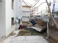 TOPRAK KAYMASI - Başkent'te Toprak Kayması Açıklaması 2 Araç Göçük Altında Kaldı
