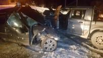 BİLAL YALÇIN - Kamyonet İle Otomobil Çarpıştı Açıklaması Ölü Ve Yaralılar Var