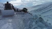 İŞ MAKİNASI - Karla Mücadele Ekiplerini Zor Anları