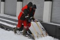 KALDIRIMLAR - Büyükşehir Belediyesi Kar Temizleme Çalışmalarını Sürdürüyor