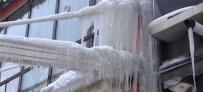 Kars'ta Çatılarda İki Metrelik Buz Sarkıtları Oluştu