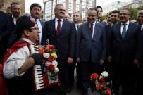 SOLMAZ - Bakan Bozdağ'a Engelli Sokak Şarkıcısından 'Türkiyem' Ziyafeti