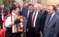SOLMAZ - Bakan Bozdağ'a Sokak Şarkıcısından 'Türkiyem' Ziyafeti
