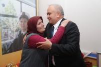 KAHRAMANLıK - Başkan Tollu, Şehit Ailesini Ziyaret Etti