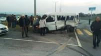 DUMLUPıNAR ÜNIVERSITESI - Kamyonetle Minibüs Çarpıştı Açıklaması 1 Ölü, 4 Yaralı