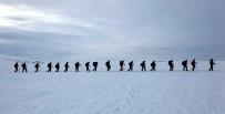 Gazeteciler Buz Tutan Çıldır Gölü'nde 8 Kilometre Yürüdü Ve Kamp Yaptı