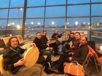 ESENBOĞA HAVALIMANı - Uçak Rötar Yapınca Havalimanında Konser Verdiler