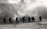 2800 Rakımlı Şivekür Tepesi'ne Zorlu Tırmanış