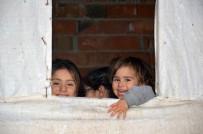 5 Çocuklu Ailenin Penceresiz Ve Kapısız Evde Yaşam Mücadelesi