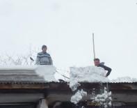 İŞSİZ GENÇLER - Çatılarda Tehlikeli Kar Temizliği