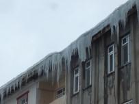 BUZ SARKITLARI - Çatılardan Sarkan Buz Sarkıtları Tehlike Saçıyor