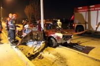 Kaza Yapan Araçta Sıkışan 2 Kişiyi İtfaiye Ekipleri Kurtardı