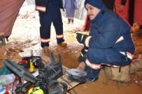YAVRU KÖPEK - Yavru Köpeği Kurtarma Çalışmaları Kar Altında Devam Ediyor