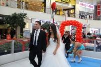 ALIŞVERİŞ MERKEZİ - Sevgililer Günü'nde Buz Pistinde Nikah Kıydılar