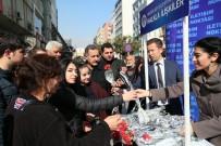 ALIŞVERİŞ MERKEZİ - Büyükşehir Belediyesi, Sevgililer Günü'nü 2 Bin Karanfil Ve Fular Dağıtarak Kutladı