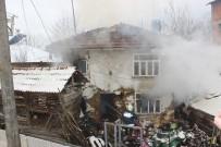 Düzce'de 2 Katlı Ahşap Ev Yangında Kullanılmaz Hale Geldi