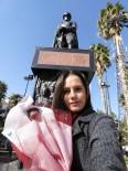 ATATÜRK ANITI - Genç Üniversiteli En Sevdiği Çiçeği Atatürk'e Götürdü