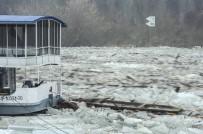 GÜVENLİK GÖREVLİSİ - Nehirden Buz Akıyor