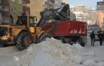 KAR YIĞINLARI - Hakkari'de Kar Temizleme Çalışması