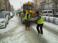 ÖZALP BELEDİYESİ - Özalp Belediyesinden Yol Tuzlama Çalışması