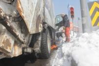 SIBIRYA - Kırımızı Işıkta Duran Aracın Yakıt Deposu Dondu