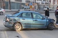 ÖĞRENCİ SERVİSİ - Öğrenci Servisi İle Otomobil Çarpıştı Açıklaması 3 Yaralı