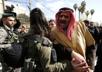 İsrail Askeri Camide Toplanan Cemaati Zor Kullanarak Dağıttı