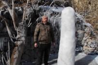 BUZ KÜTLESİ - Patlayan su hortumu buzdan sütun oluşturdu