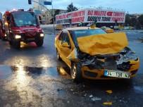 OKMEYDANı - Şişli'de Taksi Tur Otobüsüne Çarptı Açıklaması 1 Yaralı