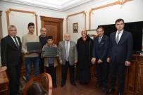 ŞEHİT YAKINLARI - Vali, Şehit Ahmet Taş'ın Kardeşlerine Laptop Hediye Etti