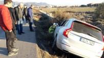 ALI EKBER - Ayvalık'ta Trafik Kazası Açıklaması 3 Yaralı