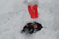 Tatili Fırsat Bilen Çocuklar Kardan Ev Yaptı