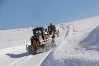 Çığ Altından Kurtulan Ekip Karla Mücadeleye Devam Ediyor
