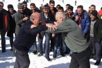 GÜREŞ - Kar Üstünde Güreş Tuttular
