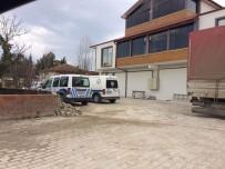 SAKARYA ÜNIVERSITESI - Tabancanın Ateş Alması Sonucu Kafasından Yaralanan Genç Hastaneye Kaldırıldı