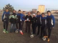 ŞAMPIYON - Futbolculardan Kendilerini Yalnız Bırakmayan Taraftara Plaket