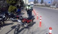 TRAFİK TESCİL - Hastane Önüne Park Edilen Motosikletlere Ceza Kesildi