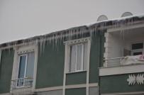 Iğdır Belediyesi Buz Sarkıtlarını Temizliyor