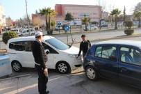 TİCARİ ARAÇ - Kaldırım Önünde Yayaların Geçişine Engel Olan Araçlara Ceza Yazıldı
