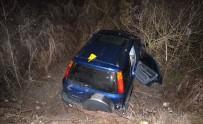 DİREKSİYON - Otomobil Dereye Uçtu Açıklaması 1 Ölü