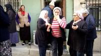 POLİS EKİPLERİ - İstanbul'da Yaşlı Kadın Evinde Bıçaklanarak Öldürüldü